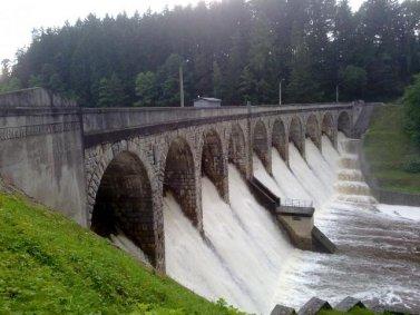 přetékající Sedlická přehrada